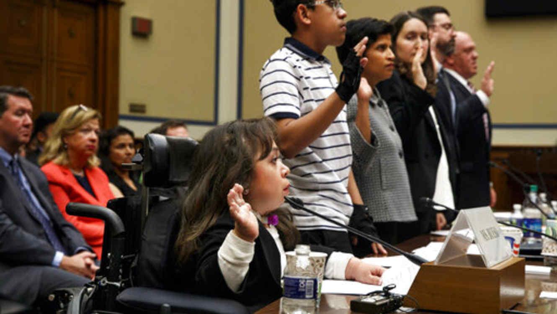 María Isabel Bueso y Jonathan Sánchez (los primeros dos desde la izquierda), cuentan este miércoles en el Congreso su situación de migrantes con graves enfermedades que pidieron un permiso de permanencia temporale en EEUU para curarse.
