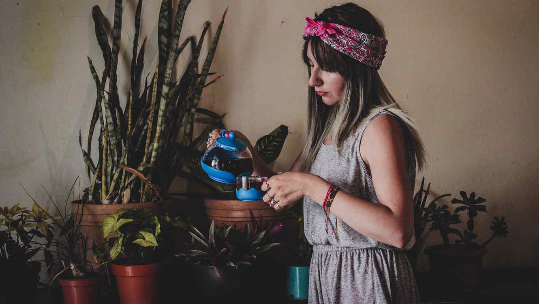 Mujer con plantas en el fondo