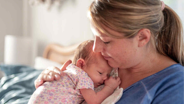 Mujer cargando a su bebé