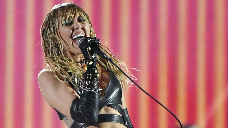 Miley Cyrus singing in concert