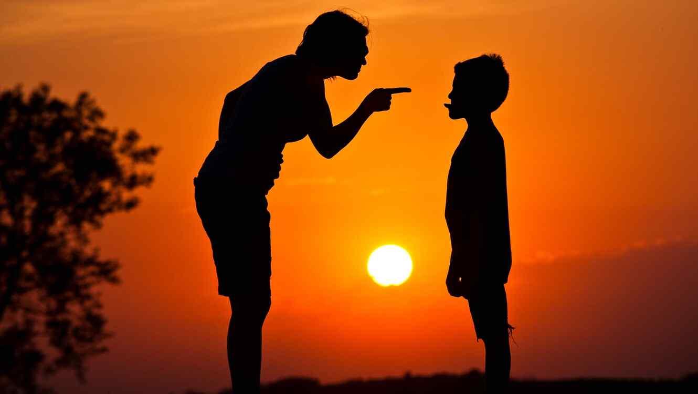 Madre disciplina a su hijo