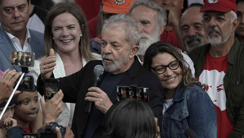 El expresidente de Brasil Lula, abrazado de su pareja Rosángela da Silva, habló a sus partidarios tras salir de la cárcel.
