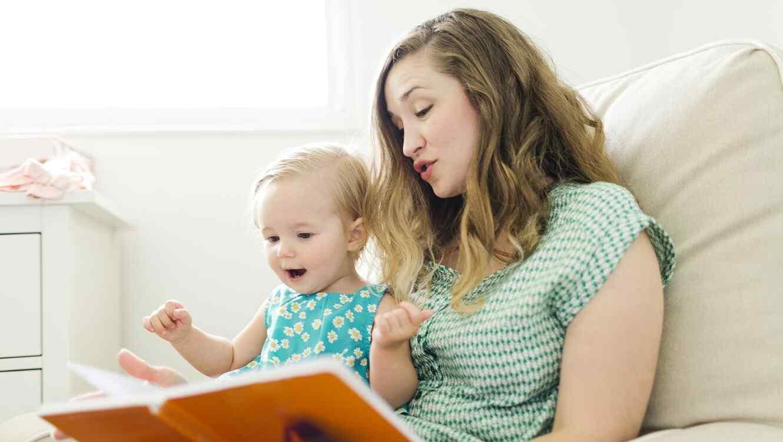 Mamá e hijo leyendo