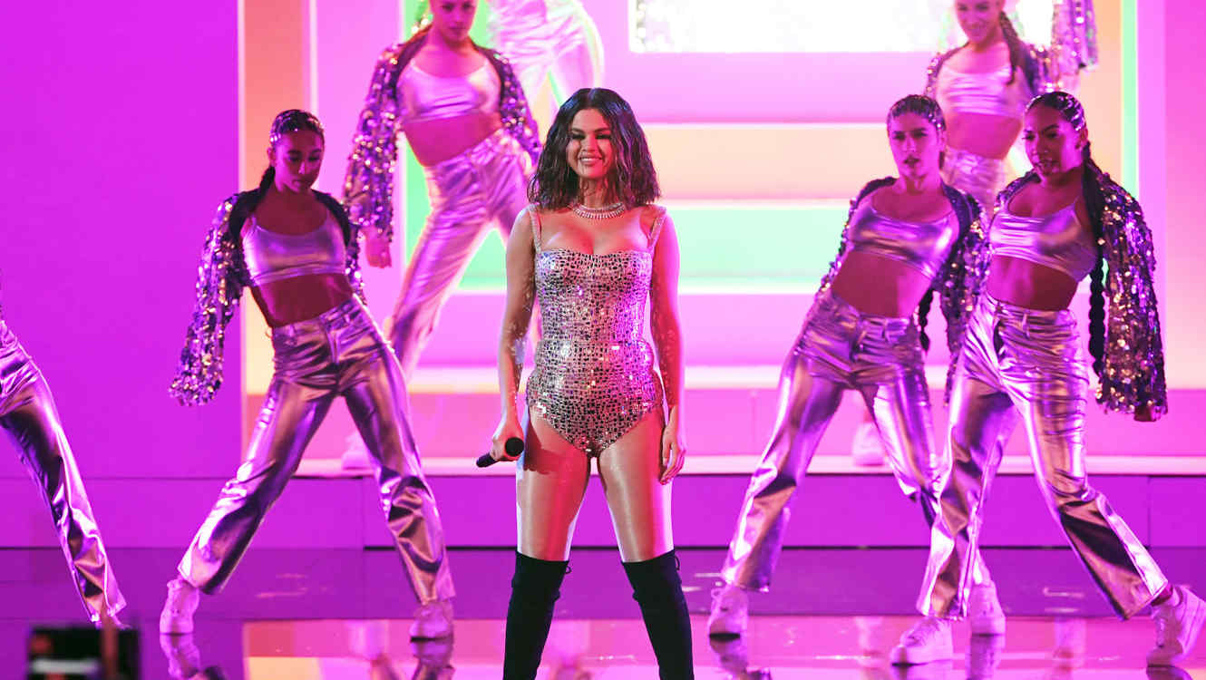 Selena Gomez with a silver dress at the 2019 AMAs