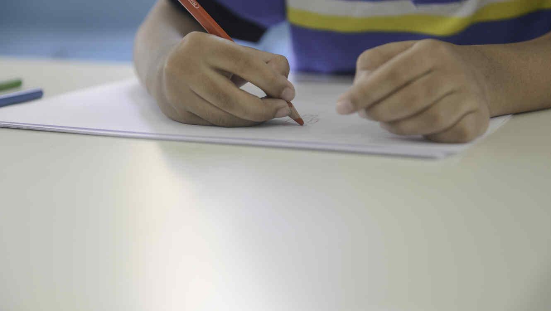 Un niño haciendo sus deberes del colegio.