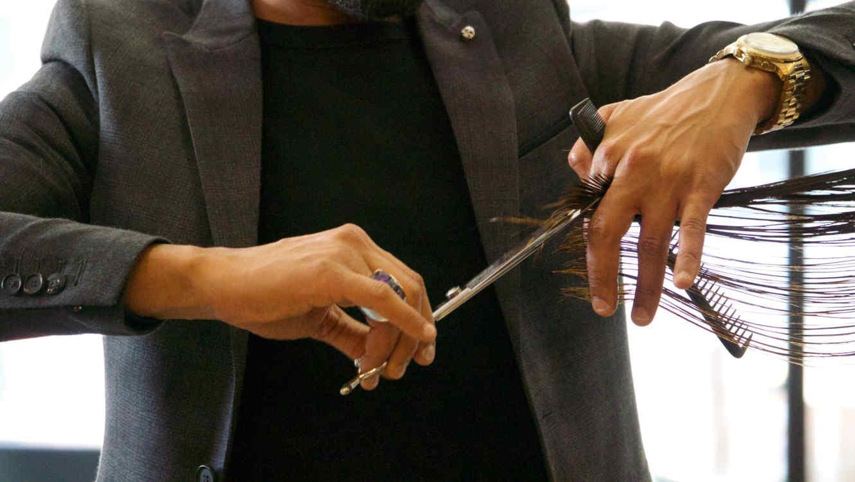 estilista cortando el cabello