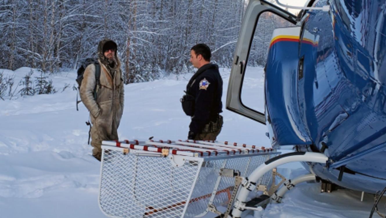 Sobrevive 23 días en refugio improvisado tras incendiar su cabaña en Alaska