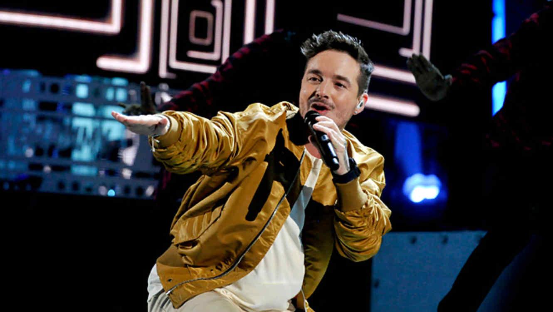 J Balvin durante su presentación en los Latin Grammy 2015
