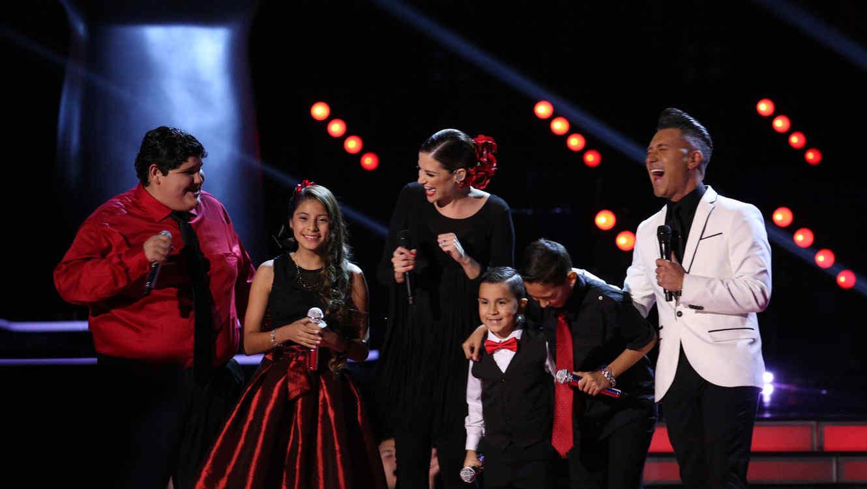 Jorge Bernal y Patricia Manterola con Natalia Jiménez y el Team  Natalia en la semifinal de La Voz Kids