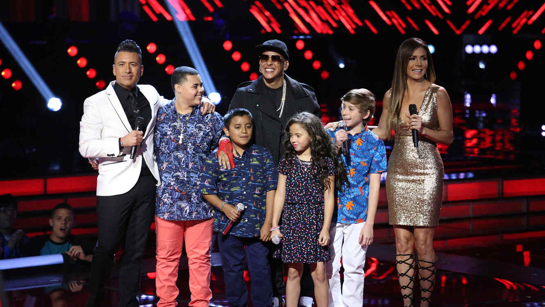 Jorge Bernal y Patricia Manterola con Daddy Yankee y el Team Yankee en la semifinal de La Voz Kids