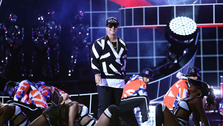 """Daddy Yankee canta """"Sígueme y te sigo"""" y """"Vaivén"""" en los Latin AMAs 2015"""