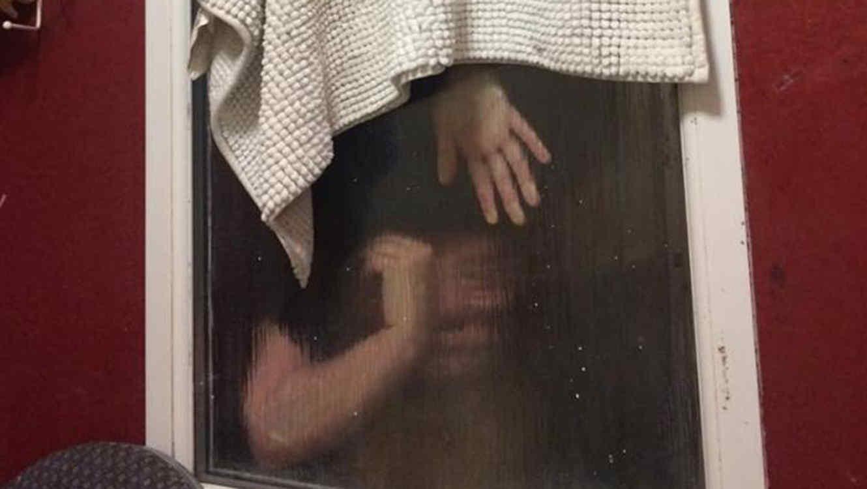La peor cita de Tinder: se queda atorada en el baño