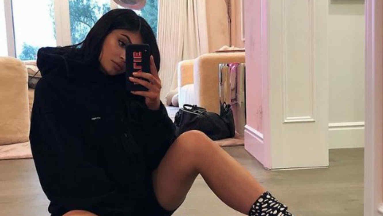 Kylie Jenner sentada en el piso de su cuarto