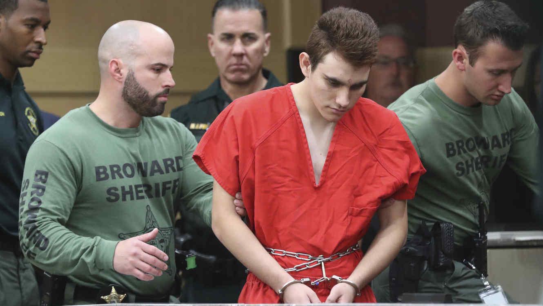 Autor de masacre de Parkland ataca a guardia y le añaden cargos