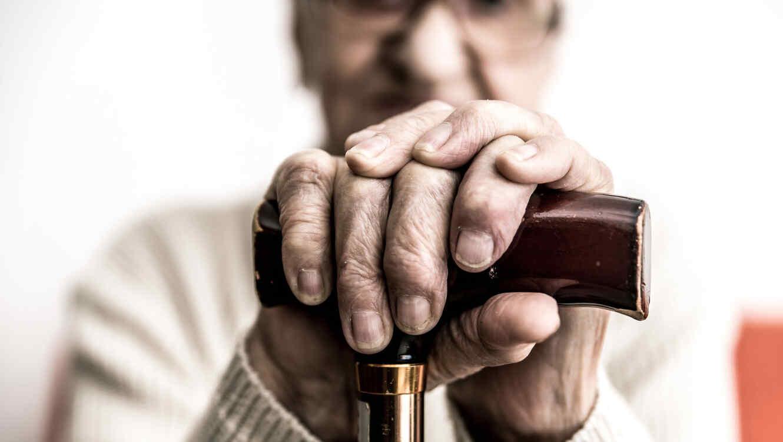 Mujer anciana con bastón