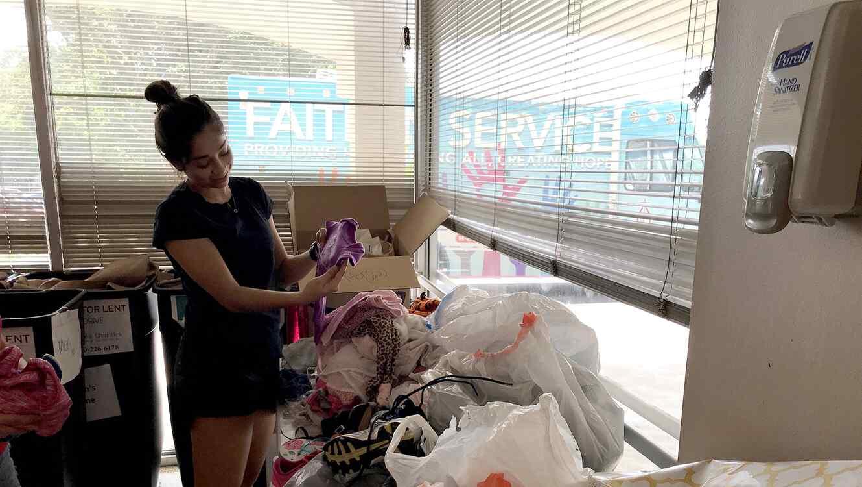 Mia Quintero, de 20 años, admira un artículo donado a Catholic Charities San Antonio el 17 de julio de 2018, para familias inmigrantes que fueron separadas en la frontera por el gobierno federal y que ahora están siendo reunidas por la administración Trum