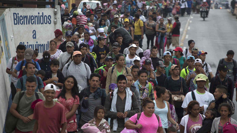 Migrantes hondureños que se dirigen hacia Estados Unidos atraviesan Guatemala este miércoles
