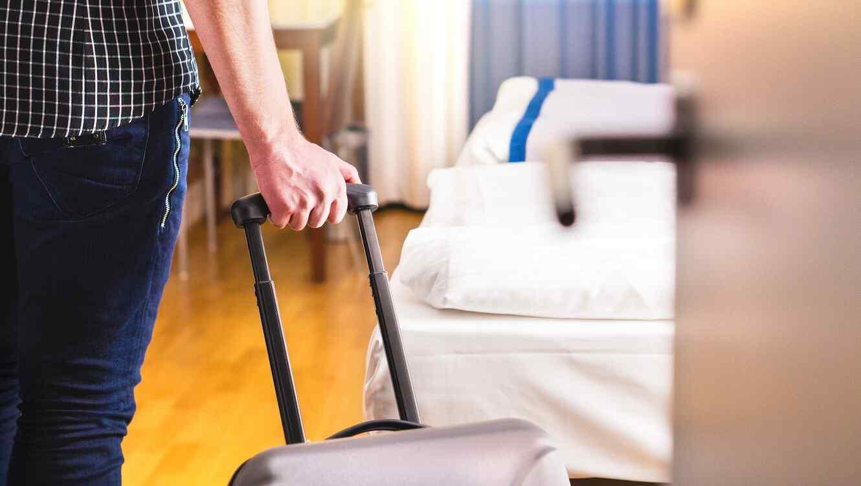 Maleta y habitación de hotel