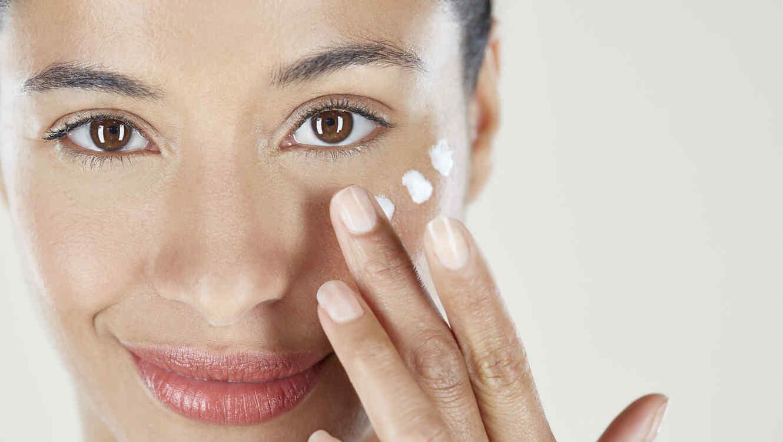 Mujer aplicando contorno de ojos