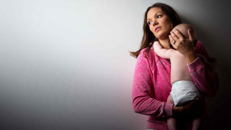 Mamá cargando a bebé