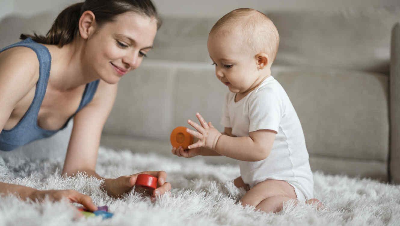 Mamá jugando con su bebé