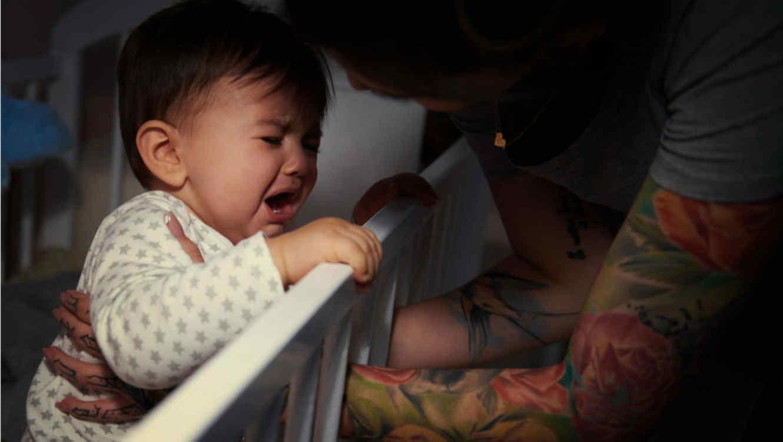 Bebé llorando en su cuna