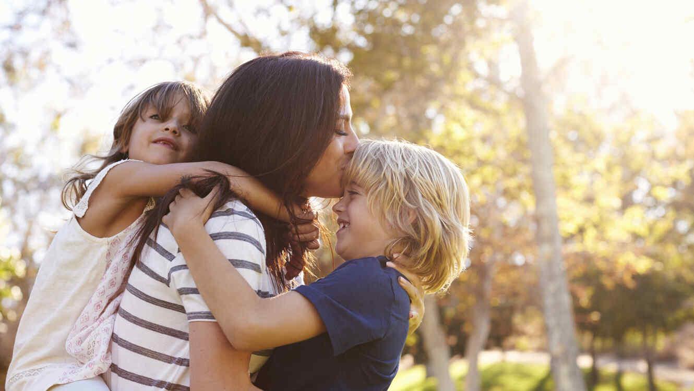 Madre e hijos en el parque