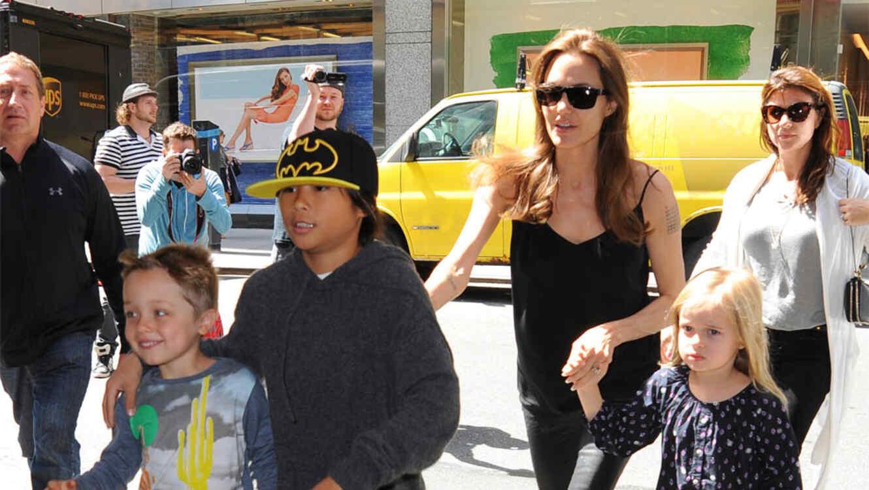 Angelina Jolie con sus hijos.