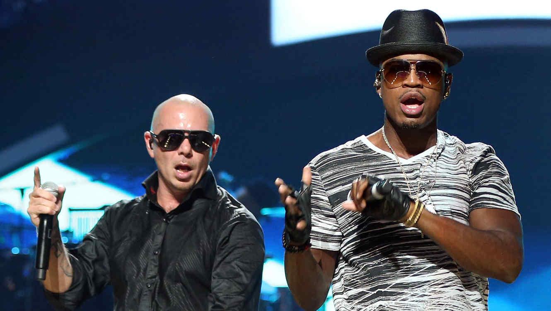 Pitbull y Ne-Yo en tarima durante el 2012 iHeartRadio Music Festival