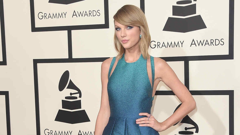 Taylor Swift llegando a la alfombra de premios GRAMMY 2015.