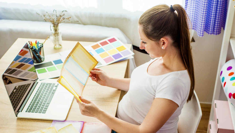 Mujer embarazada trabajando desde su casa