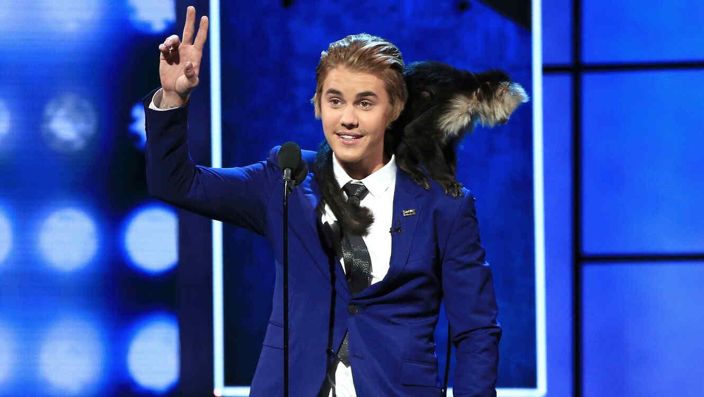 Justin Bieber en el show The Comedy Central Roast Of Justin Bieber con un mono