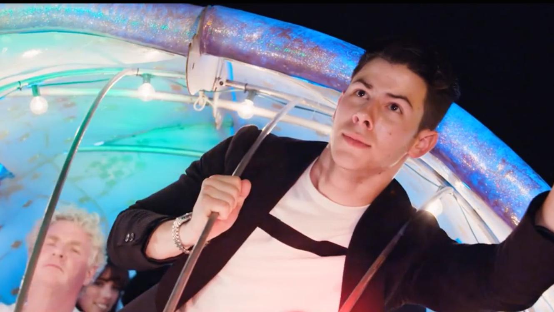 Nick Jonas en su video Chains edición Wynwood