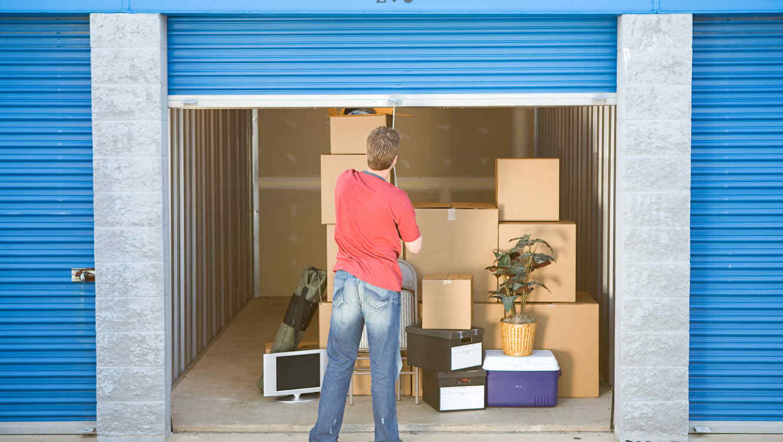 Hombre en el almacén