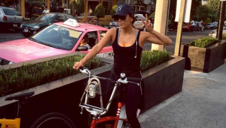 Eva Longoria pasea en ecobici por la Ciudad de México