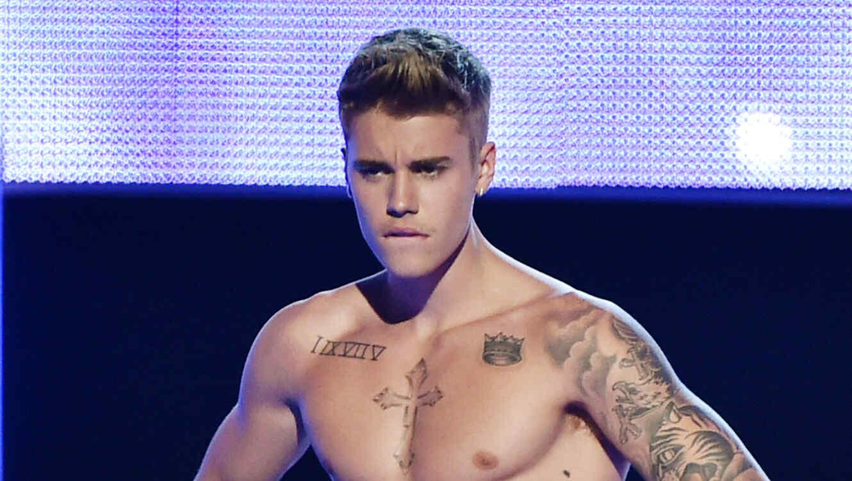 Justin Bieber sin camisa.