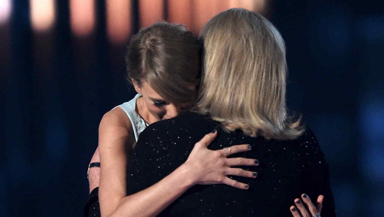Taylor Swift y su mamá en los premios ACM 2015