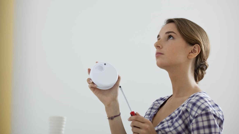 Mujer con detector de humo