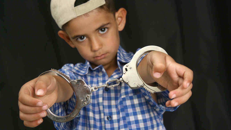 Niño en esposas por crimen
