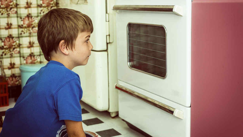 Niño mirando horno