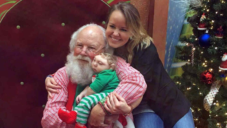 Jaxon Buell el niño con medio cerebro que celebra la navidad
