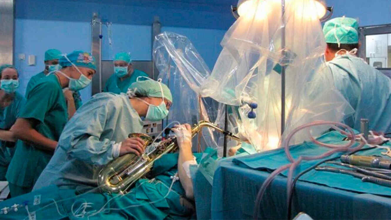 Joven toca saxofón mientras le hacen una cirugía