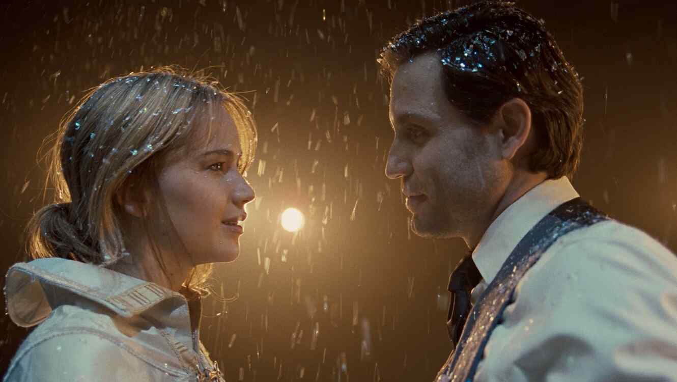 Edgar Ramirez and Jennifer Lawrence in Joy