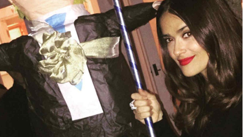 Salma Hayek publica una foto junto a una piñata de Donald Trump