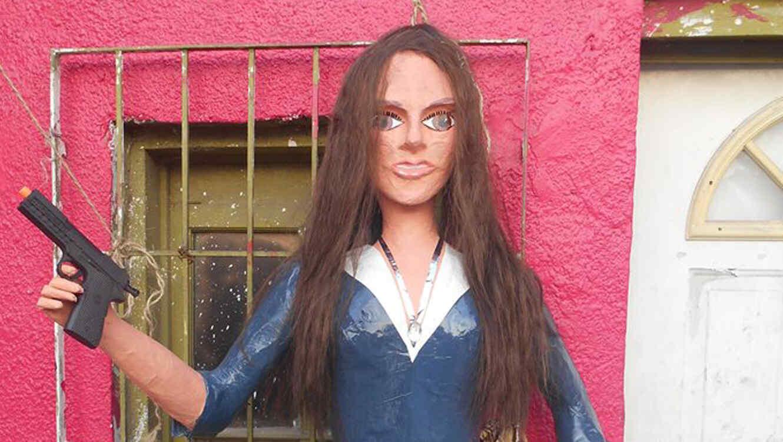 Piñata de Kate del  Castillo interpretando a La Reina del Sur