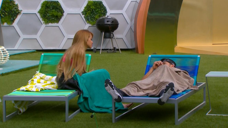 Maday y Dante hablando en el patio de la casa de Gran Hermano