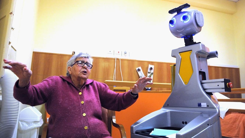 Abuela y robot