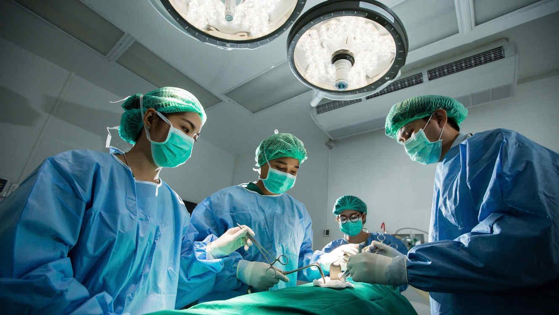 Doctores haciendo cirugía