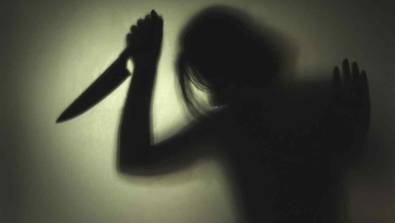 Mujer asesina con cuchillo