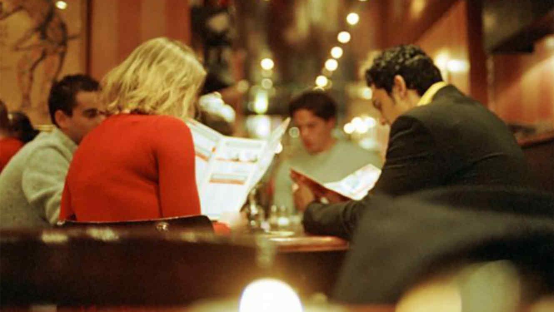 Grupo cenando